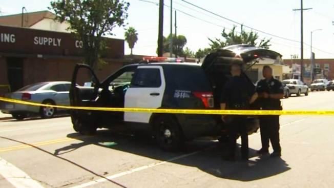 Investigan a policías que mataron a mujer armada