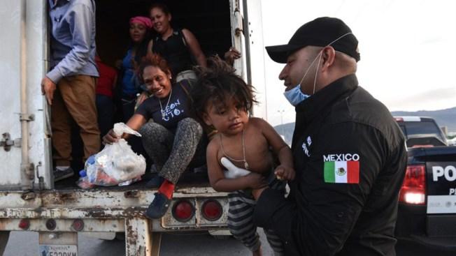 Policía Federal rescata a 146 migrantes en un tráiler