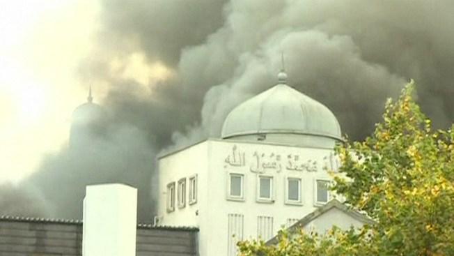 Estalla gran incendio en mezquita de Londres