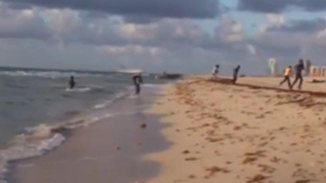 """Balseros """"interrumpen"""" grabación en la playa"""