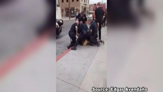 En video forcejeo de policías con adolescente