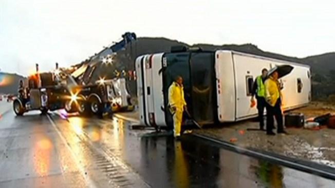 Autobuses terminan volcados