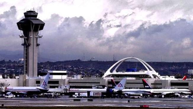 Avión causa tremendo susto en LAX
