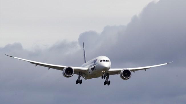Avión golpea edificio en pleno vuelo