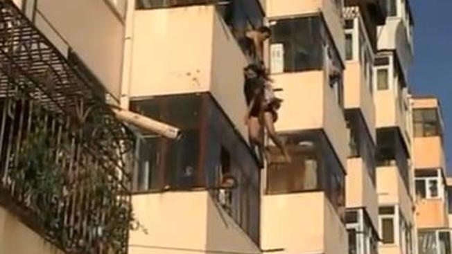 Atrapa a mujer suicida en plena caída