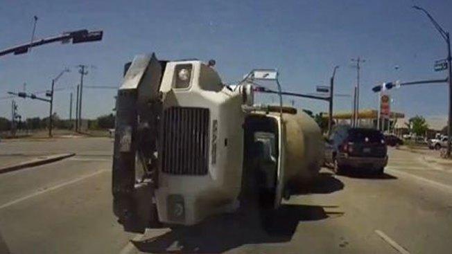 Camión de cemento se va contra auto