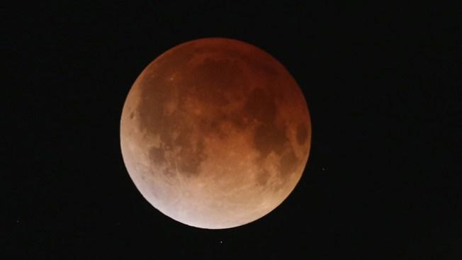 "El eclipse ""tiñó"" la luna de rojo"