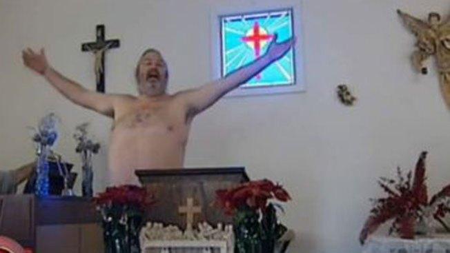 Fieles asisten desnudos a misa