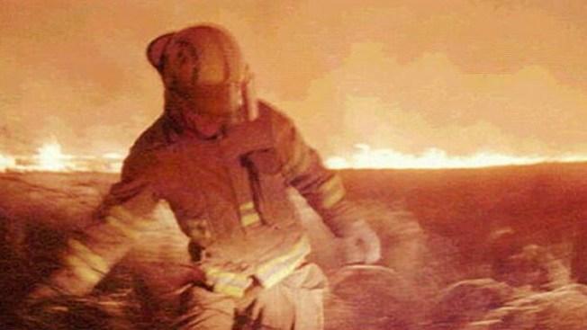 Bomberos luchan contra incendios