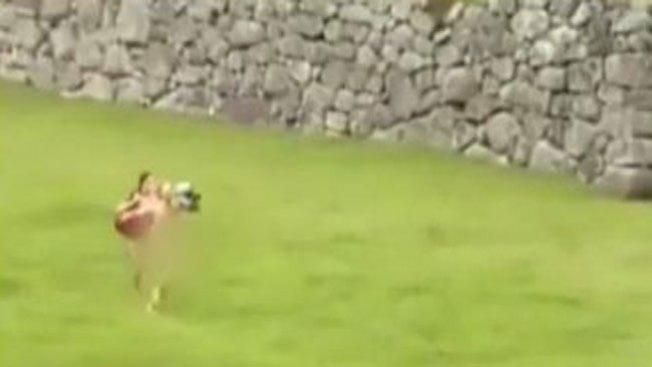 Turistas desnudos en Macchu Picchu
