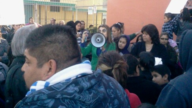 Abren escuela en medio de furia e indignación