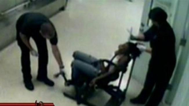Policía corta pelo de presa a la fuerza