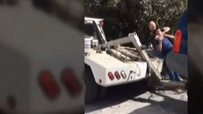 Policía ataca a chofer de grúas