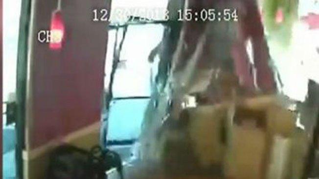 Brutal: auto se estrella contra restaurante
