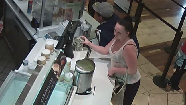 Mujer se roba propinas de heladería