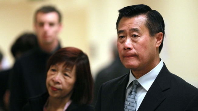 Votan a favor de suspender a Leland Yee