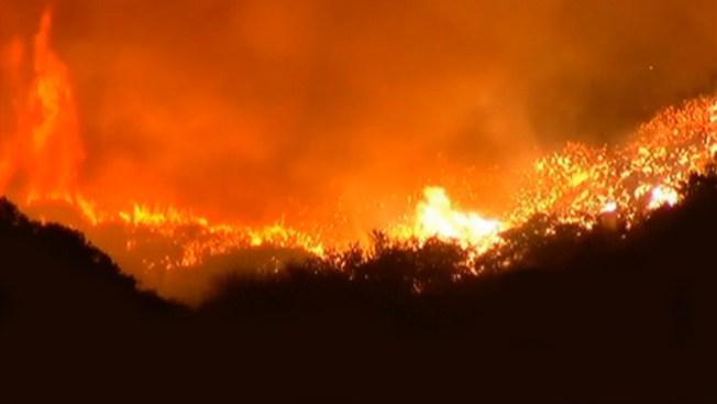 Crece incendio al norte de Los Ángeles