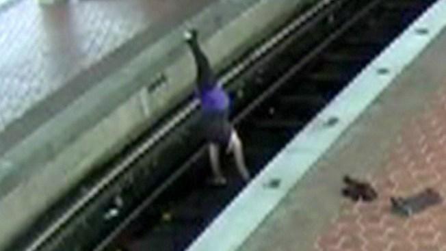 La acusan por hacer yoga en líneas de tren