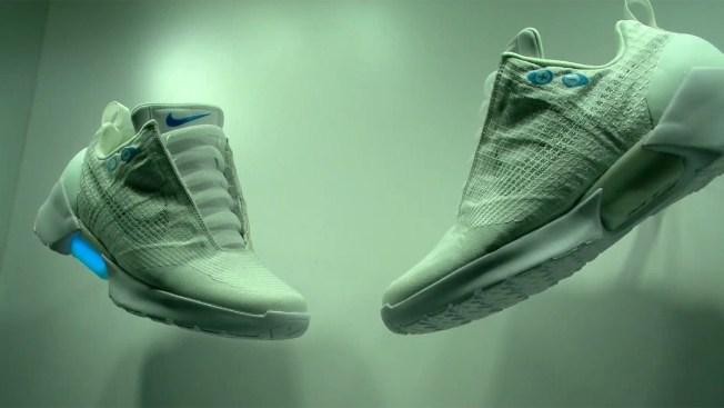 Presentan zapatos deportivos que se amarran solos - Telemundo 52 ca4efc3244fee