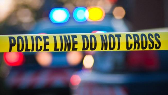Mujer muere baleada en su auto y la policía busca al asesino