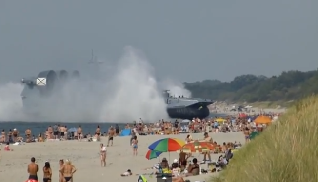 Impactante: un barco atraca en la playa