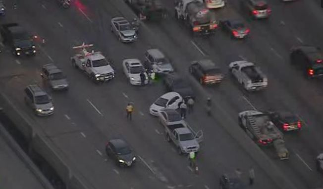Accidente de nueve autos cierra carriles en Autopista 101