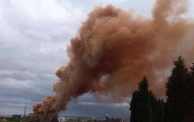 Incendio en planta industrial provoca una nube tóxica