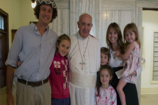 Se reúnen con el Papa tras llegar en furgoneta