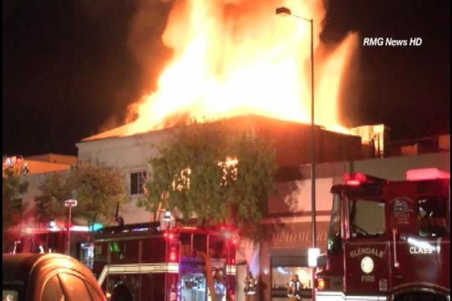 Hombre salta de edificio en llamas