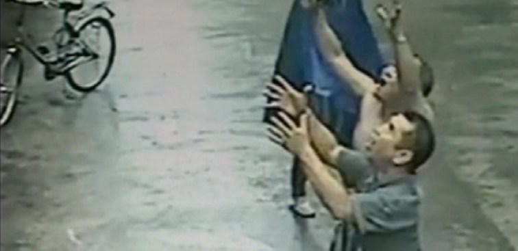 Insólito video: intentan atrapar a bebé