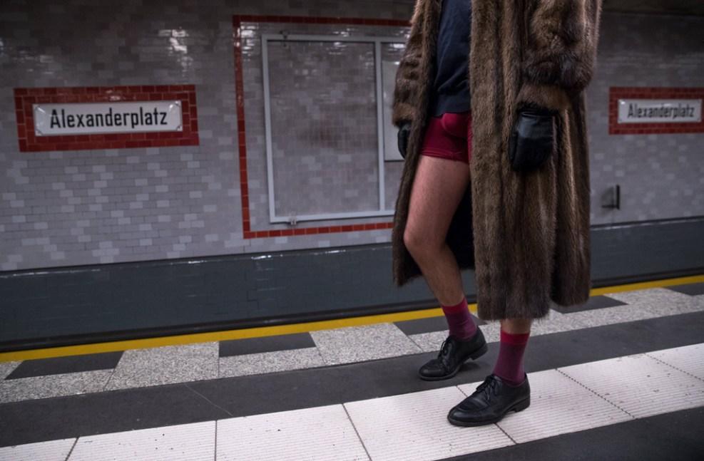 Sin pantalones en el tren miles pasean en ropa interior for Ropa interior provocativa